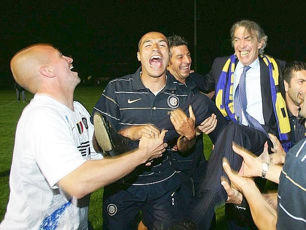 Massimo Moratti e i giocatori festeggiano alla Pinetina. Reuters